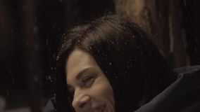 Όμορφη γυναίκα που έχει τη διασκέδαση στο πάρκο στο χειμερινό βράδυ υπαίθρια φιλμ μικρού μήκους