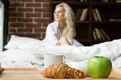 Όμορφη γυναίκα που έχει το πρόγευμα στο κρεβάτι στοκ φωτογραφία με δικαίωμα ελεύθερης χρήσης