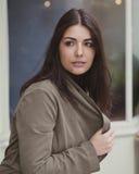 Όμορφη γυναίκα που ανατρέχει η οδός Στοκ Φωτογραφίες
