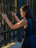 Όμορφη γυναίκα που απαιτεί την ελευθερία (αιχμάλωτη έννοια) Στοκ Φωτογραφία