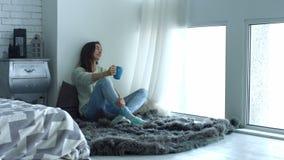 Όμορφη γυναίκα που απολαμβάνει τον καφέ πρωινού στο σπίτι απόθεμα βίντεο