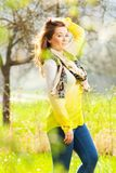 Όμορφη γυναίκα που απολαμβάνει τον τομέα μαργαριτών, συμπαθητικό θηλυκό που ξαπλώνει μέσα στοκ εικόνες με δικαίωμα ελεύθερης χρήσης