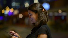 Όμορφη γυναίκα που απολαμβάνει τον τουρισμό νύχτας απόθεμα βίντεο