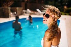 Όμορφη γυναίκα που απολαμβάνει το καλοκαίρι στην πισίνα στοκ φωτογραφία με δικαίωμα ελεύθερης χρήσης