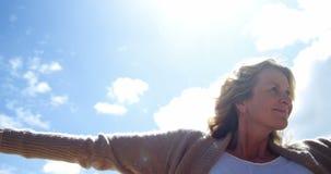 Όμορφη γυναίκα που απολαμβάνει στην παραλία φιλμ μικρού μήκους