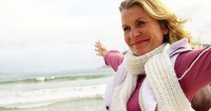 Όμορφη γυναίκα που απολαμβάνει στην παραλία απόθεμα βίντεο