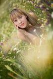 Όμορφη γυναίκα που απολαμβάνει τον τομέα μαργαριτών, συμπαθητικό θηλυκό που ξαπλώνει στο λιβάδι των λουλουδιών, όμορφη χαλάρωση κ Στοκ φωτογραφία με δικαίωμα ελεύθερης χρήσης