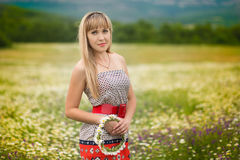 Όμορφη γυναίκα που απολαμβάνει τον τομέα μαργαριτών, συμπαθητικό θηλυκό που ξαπλώνει στο λιβάδι των λουλουδιών, όμορφη χαλάρωση κ Στοκ εικόνα με δικαίωμα ελεύθερης χρήσης