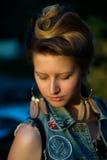 Όμορφη γυναίκα που απολαμβάνει το θερινό ήλιο στοκ φωτογραφία με δικαίωμα ελεύθερης χρήσης