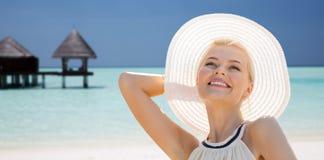 Όμορφη γυναίκα που απολαμβάνει το καλοκαίρι πέρα από την εξωτική παραλία στοκ εικόνες με δικαίωμα ελεύθερης χρήσης