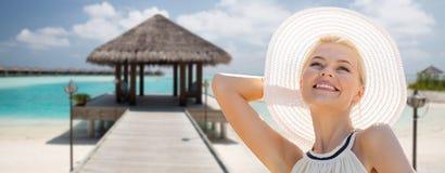 Όμορφη γυναίκα που απολαμβάνει το καλοκαίρι πέρα από την εξωτική παραλία στοκ φωτογραφίες με δικαίωμα ελεύθερης χρήσης