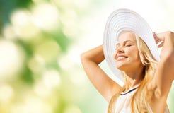 Όμορφη γυναίκα που απολαμβάνει το καλοκαίρι υπαίθρια Στοκ εικόνα με δικαίωμα ελεύθερης χρήσης