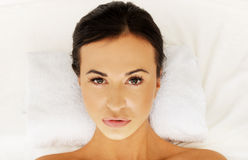 Όμορφη γυναίκα που βρίσκεται σε μια πετσέτα στη SPA Στοκ εικόνες με δικαίωμα ελεύθερης χρήσης