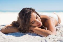Όμορφη γυναίκα που βρίσκεται στην άμμο Στοκ φωτογραφία με δικαίωμα ελεύθερης χρήσης