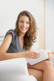 Όμορφη γυναίκα που διαβάζει ένα βιβλίο στοκ φωτογραφία με δικαίωμα ελεύθερης χρήσης
