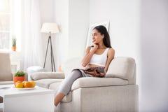 Όμορφη γυναίκα που είναι βαθιά στη σκέψη διαβάζοντας το περιοδικό Στοκ φωτογραφία με δικαίωμα ελεύθερης χρήσης