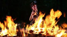 Όμορφη γυναίκα που εκτελεί το χορό πυρκαγιάς φιλμ μικρού μήκους