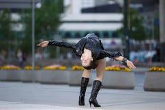 Όμορφη γυναίκα που εκτελεί το acrobatics στοκ εικόνες