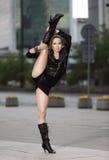 Όμορφη γυναίκα που εκτελεί το acrobatics στοκ φωτογραφία με δικαίωμα ελεύθερης χρήσης