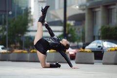 Όμορφη γυναίκα που εκτελεί το acrobatics στοκ φωτογραφία