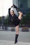 Όμορφη γυναίκα που εκτελεί το acrobatics στοκ φωτογραφίες
