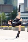 Όμορφη γυναίκα που εκτελεί το acrobatics στοκ εικόνες με δικαίωμα ελεύθερης χρήσης