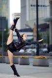 Όμορφη γυναίκα που εκτελεί το acrobatics στοκ εικόνα με δικαίωμα ελεύθερης χρήσης