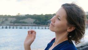 Όμορφη γυναίκα που εξετάζει πέρα από το horison τη θάλασσα, θυελλώδης καιρός φιλμ μικρού μήκους