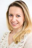 Όμορφη γυναίκα που εξετάζει σας που χαμογελάτε Στοκ φωτογραφία με δικαίωμα ελεύθερης χρήσης