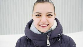 Όμορφη γυναίκα που εξετάζει τη κάμερα και το χαμόγελο σε σε αργή κίνηση απόθεμα βίντεο