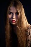Όμορφη γυναίκα που εξετάζει τη κάμερα Στοκ φωτογραφία με δικαίωμα ελεύθερης χρήσης
