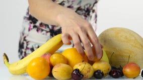 Όμορφη γυναίκα που επιλέγει τα φρούτα κατανάλωση υγιής Απώλεια βάρους και να κάνει δίαιτα έννοια 4K φιλμ μικρού μήκους