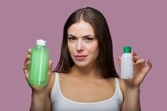 Όμορφη γυναίκα που επιλέγει ένα προϊόν φροντίδας δέρματος στοκ φωτογραφία με δικαίωμα ελεύθερης χρήσης
