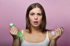 Όμορφη γυναίκα που επιλέγει ένα προϊόν φροντίδας δέρματος στοκ εικόνα με δικαίωμα ελεύθερης χρήσης
