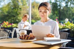 Όμορφη γυναίκα που εργάζεται με τα έγγραφα σε έναν καφέ Στοκ εικόνες με δικαίωμα ελεύθερης χρήσης
