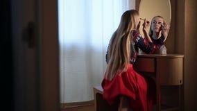 Όμορφη γυναίκα που εφαρμόζει mascara makeup στα μάτια απόθεμα βίντεο