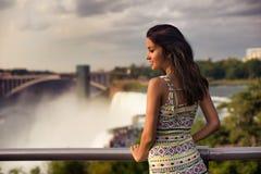 Όμορφη γυναίκα που η άποψη της πτώσης Niagara Στοκ φωτογραφία με δικαίωμα ελεύθερης χρήσης