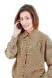 Όμορφη γυναίκα που κάνει μια κλήση στο κινητό τηλέφωνό της Στοκ Φωτογραφίες