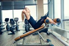Όμορφη γυναίκα που κάνει την άσκηση ικανότητας Τύπου Στοκ φωτογραφίες με δικαίωμα ελεύθερης χρήσης