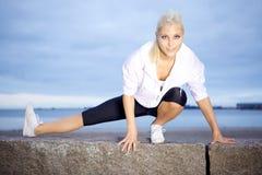 Όμορφη γυναίκα που κάνει την τεντώνοντας άσκηση Στοκ φωτογραφία με δικαίωμα ελεύθερης χρήσης