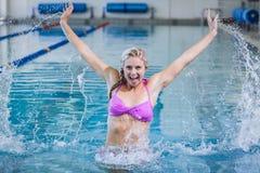 Όμορφη γυναίκα που κάνει τη αερόμπικ aqua Στοκ φωτογραφίες με δικαίωμα ελεύθερης χρήσης