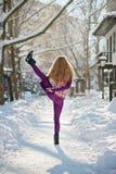 Όμορφη γυναίκα που κάνει τη γιόγκα υπαίθρια στο χιόνι Στοκ Εικόνες