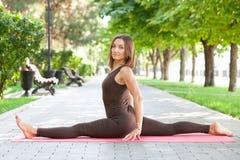 Όμορφη γυναίκα που κάνει τις ασκήσεις γιόγκας στο πάρκο στοκ φωτογραφίες με δικαίωμα ελεύθερης χρήσης