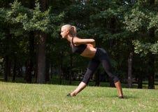 Όμορφη γυναίκα που κάνει τις ασκήσεις γιόγκας Στοκ εικόνα με δικαίωμα ελεύθερης χρήσης