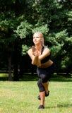 Όμορφη γυναίκα που κάνει τις ασκήσεις γιόγκας Στοκ φωτογραφία με δικαίωμα ελεύθερης χρήσης