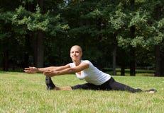 Όμορφη γυναίκα που κάνει τις ασκήσεις γιόγκας Στοκ Φωτογραφία
