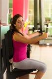 Όμορφη γυναίκα που κάνει τις θωρακικές ασκήσεις στη γυμναστική Στοκ φωτογραφίες με δικαίωμα ελεύθερης χρήσης