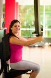 Όμορφη γυναίκα που κάνει τις θωρακικές ασκήσεις στη γυμναστική Στοκ Εικόνες
