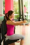Όμορφη γυναίκα που κάνει τις θωρακικές ασκήσεις στη γυμναστική Στοκ φωτογραφία με δικαίωμα ελεύθερης χρήσης