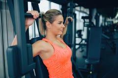 Όμορφη γυναίκα που κάνει τις θωρακικές ασκήσεις Στοκ Εικόνες